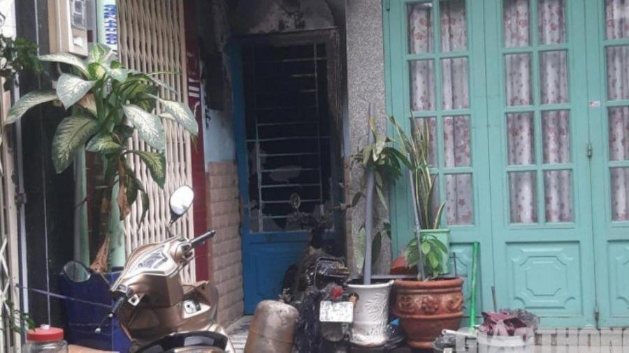 Giải cứu 7 người kẹt trong căn nhà bốc cháy lúc rạng sáng ở TP.HCM