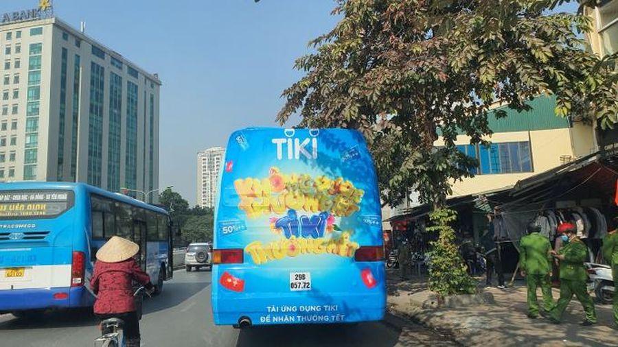 Tiki quảng cáo trên xe bịt bùng: Vẫn nghênh ngang diễu phố sau bị phạt