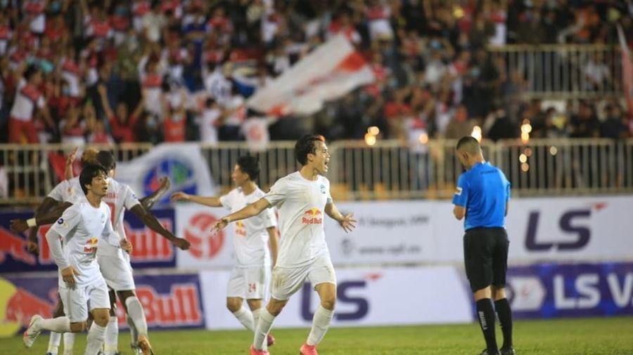 HAGL ngược dòng hạ SLNA, Kiatisak giành chiến thắng đầu tiên ở V-League 2021