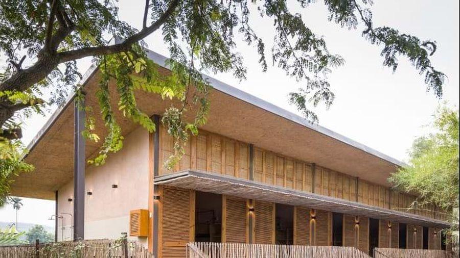 Độc đáo ngôi nhà mái bằng trấu trộn, tường gạch phủ vôi tự nhiên