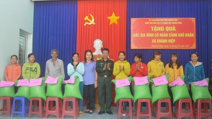 Khối thi đua các cơ quan Nội chính tỉnh tặng 1,5 tấn gạo cho 75 hộ nghèo xã Khánh Hiệp