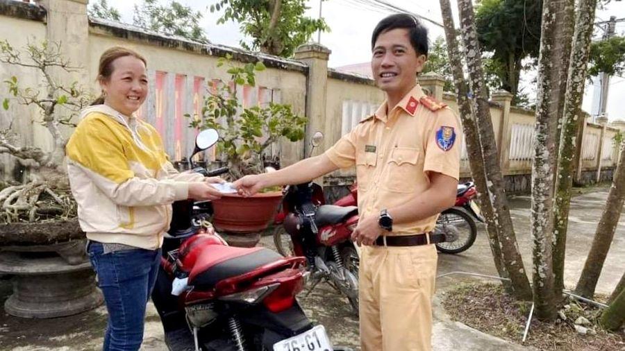 Vui mừng nhận lại xe máy sau nhiều năm bị mất trộm