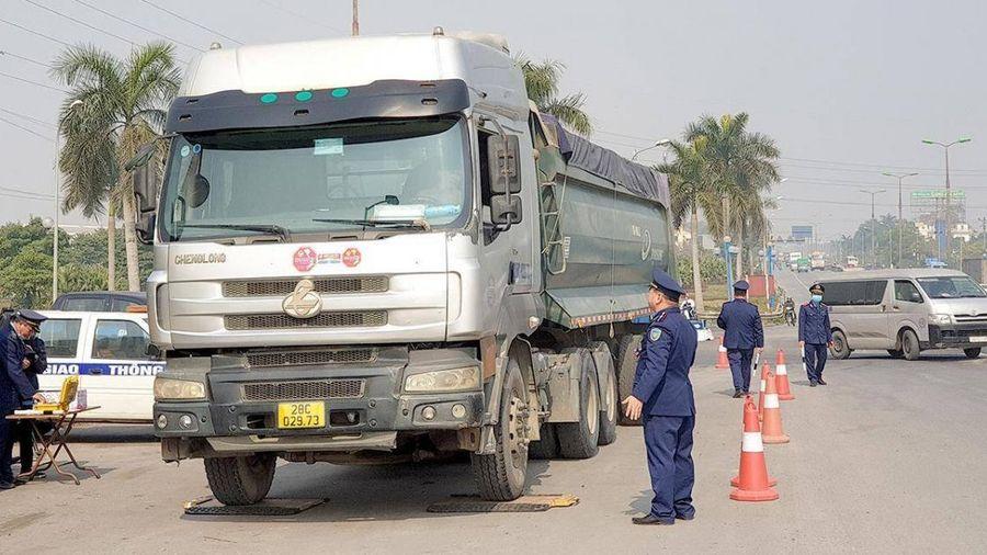 Túc trực ngày đêm canh xe quá tải, bảo vệ mặt cầu Thăng Long