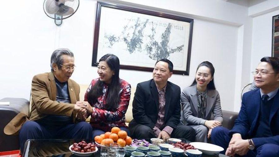 Mặt trận Hà Nội thăm, tặng quà các gia đình chính sách, cá nhân tiểu biểu