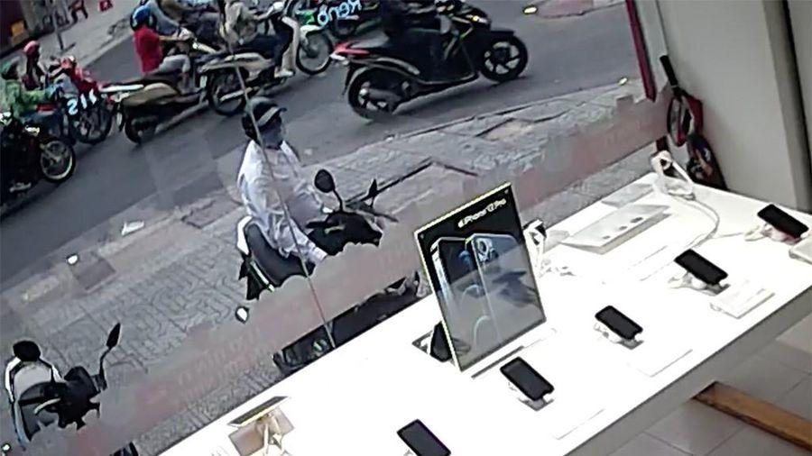Quận 10: Vừa dựng xe máy đi chục bước, kẻ trộm đã lấy mất