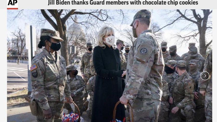 Đệ nhất Phu nhân Mỹ thăm và tặng bánh cho Đội Vệ binh Quốc gia