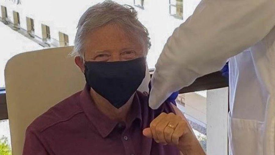 Tỷ phú Bill Gates tiêm vaccine Covid-19