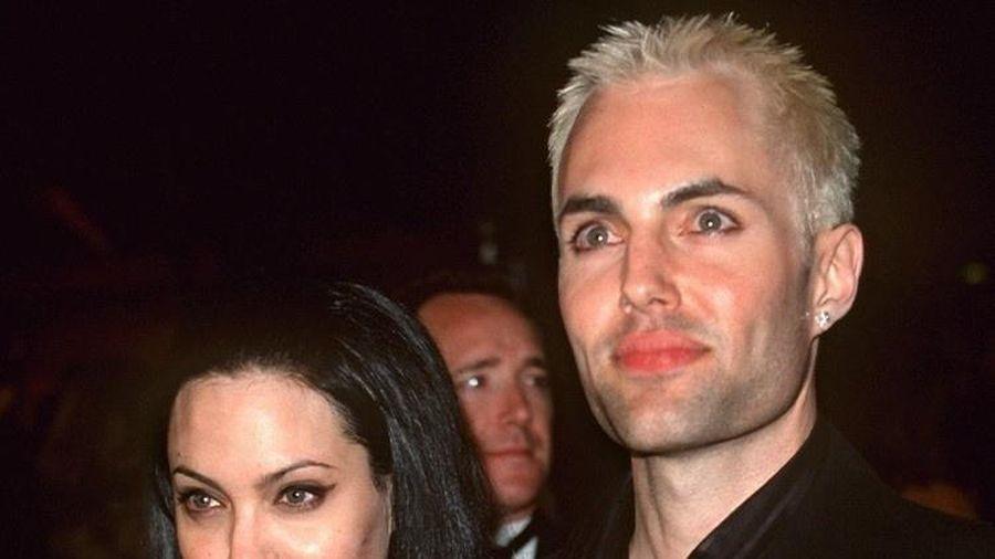 Anh trai của Angelina Jolie sống ẩn dật sau nụ hôn gây tranh cãi