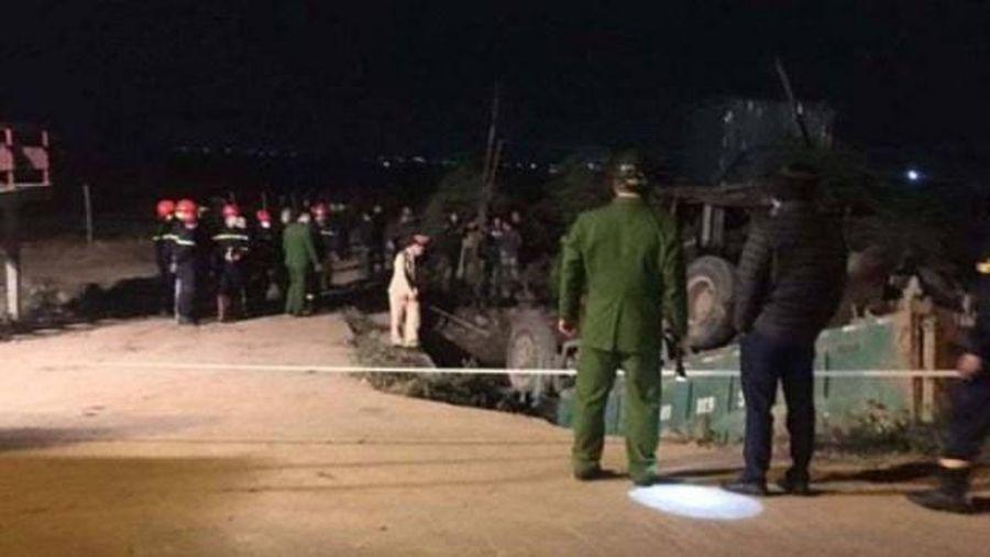 Tai nạn giao thông mới nhất hôm nay 23/1: Xe tải lao xuống mương nước, tài xế tử vong trong cabin
