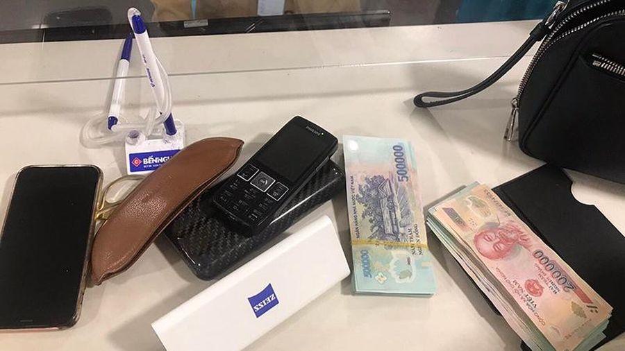 Tiếp viên hàng không trả lại khách hơn 200 triệu đồng bỏ quên