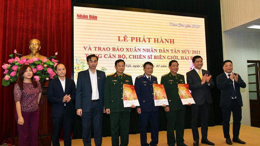 Trao hơn 50.000 ấn phẩm báo Xuân Nhân Dân Tân Sửu 2021 tặng các chiến sĩ nơi biên giới, hải đảo
