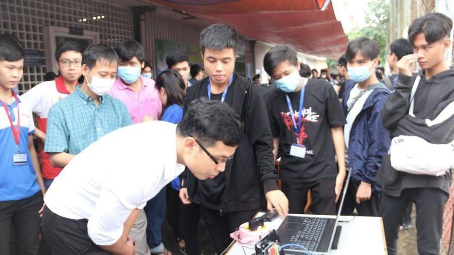 Xem sinh viên năm nhất sáng tạo tại Ngày hội Kỹ thuật trường ĐH Bách khoa (ĐHQG TP. HCM)