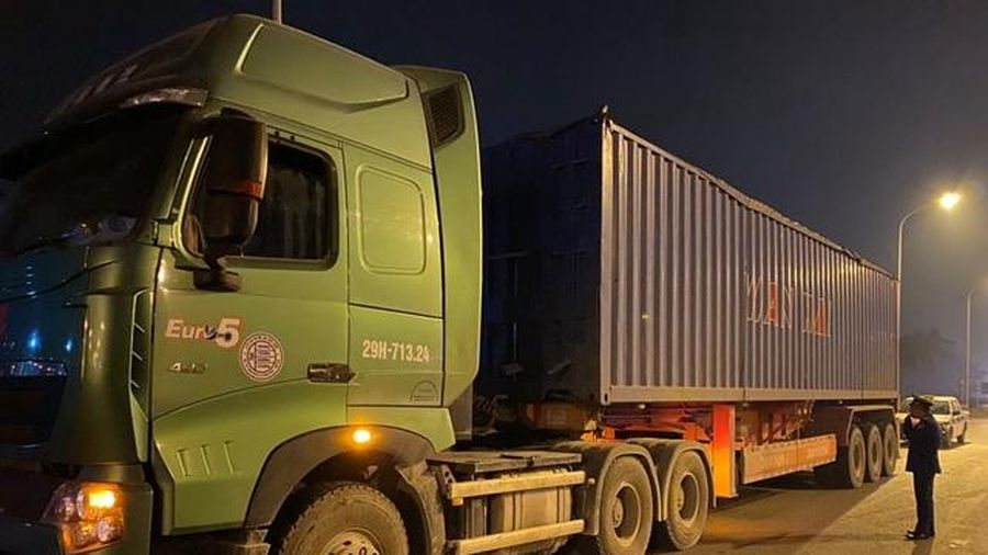 Gọi trợ giúp không thành, tài xế container chở quá tải đóng cửa xe bỏ đi