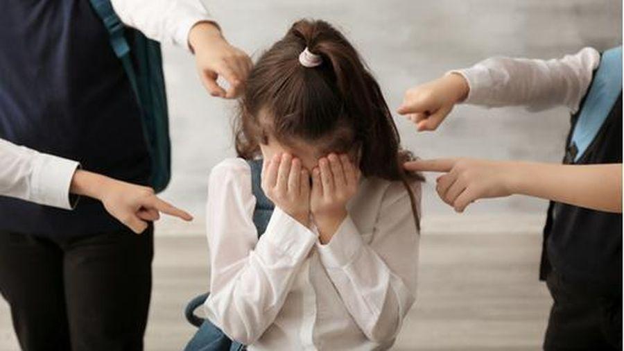 Bị bạn bè trêu chọc, bé gái 13 tuổi uống thuốc sâu tự tử