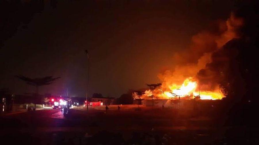 Công ty gỗ ở Bình Dương bất ngờ phát hỏa trong đêm