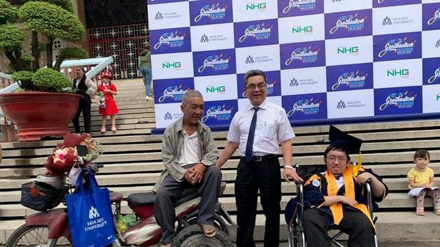 Tấm bằng tốt nghiệp đặc biệt của 2 cha con bị liệt đôi chân