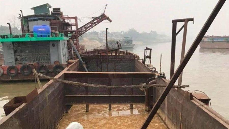 Bắt tàu không số hiệu khai thác cát trái phép trên sông Hồng