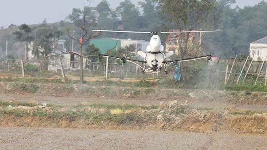Trình diễn phun thuốc trừ cỏ lúa bằng máy bay không người lái tại Thạch Hà