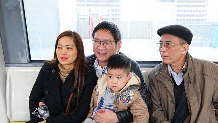 Người dân phấn khởi tham quan tàu Metro Nhổn - Hà Nội