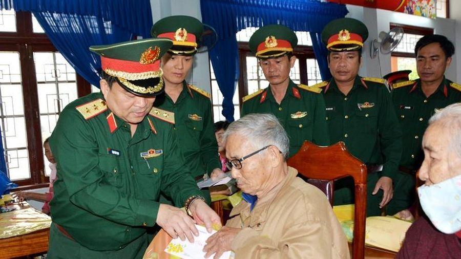 Chính ủy Quân khu 5 thăm, tặng quà Tết cho đồng bào nghèo Trà Bồng