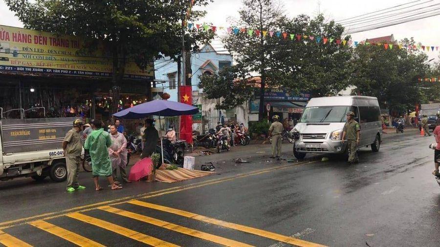Bình Dương: Tông trúng đầu xe đưa đón công nhân, cô gái trẻ tử vong tại chỗ