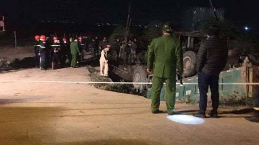 Ô tô tải lao xuống mương nước ở Gia Lâm, tài xế tử vong mắc kẹt trong cabin