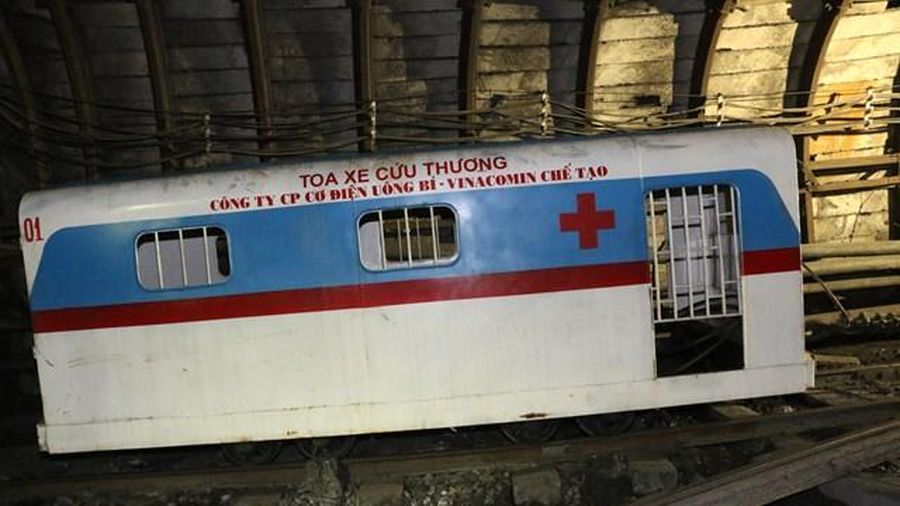 TKV: Đơn vị đầu tiên áp dụng đưa toa xe cứu thương vào hầm lò