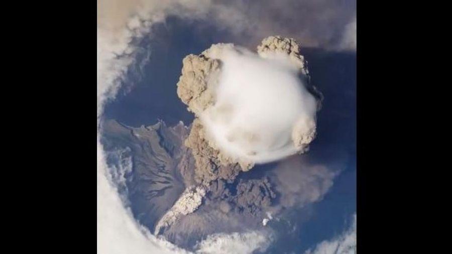 Ngỡ ngàng với cảnh núi lửa phun trào nhìn từ không gian