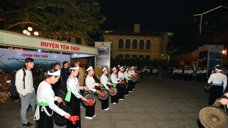 Trình diễn văn hóa các dân tộc tỉnh Hòa Bình tại phố đi bộ Hà Nội