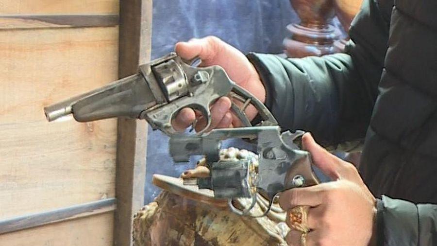 Kẻ trộm có giấu súng bị khởi tố 4 tội