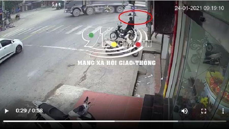 Tai nạn giao thông mới nhất hôm nay 24/1: Xe máy vượt đèn đỏ tông vào xe ben, 2 người thương vong