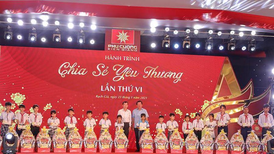 Tặng hơn 4,2 tỷ đồng tiền quà Tết cho người nghèo ở Kiên Giang