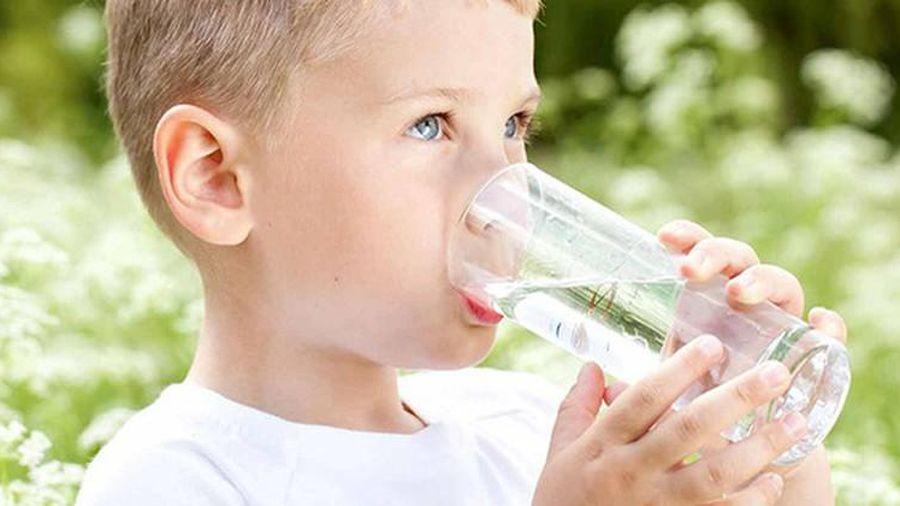 Lưu ý 3 thời điểm không nên cho trẻ uống nước vì cực hại sức khỏe