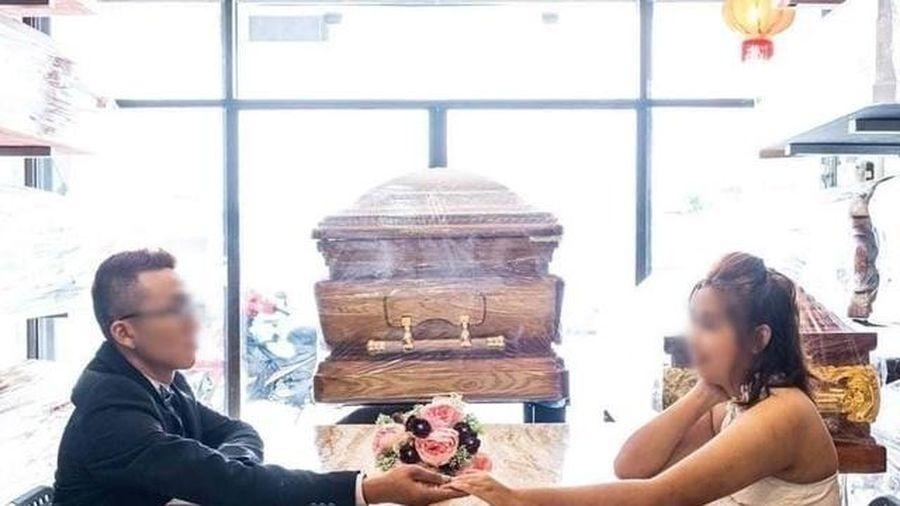 Xôn xao cặp đôi chụp ảnh cưới bên... quan tài