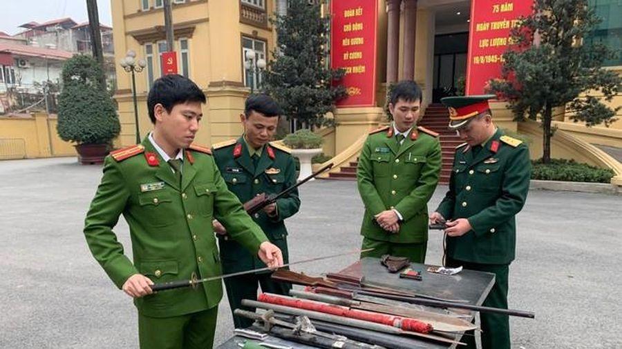 Công an Thanh Xuân tiếp nhận, thu hồi nhiều loại vũ khí, vật liệu nổ, công cụ hỗ trợ