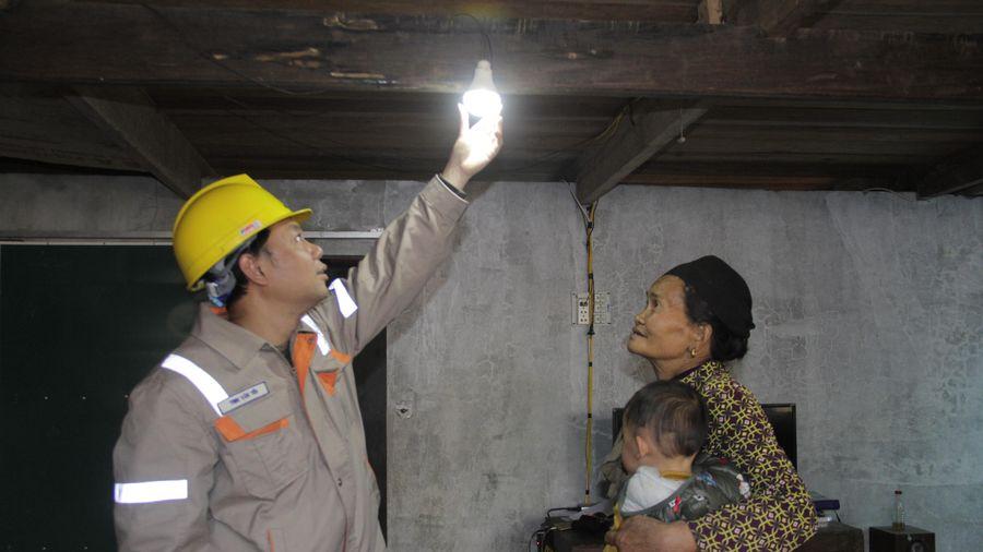 Đóng điện lưới quốc gia tại thôn Son, thôn Mười, huyện Bá Thước