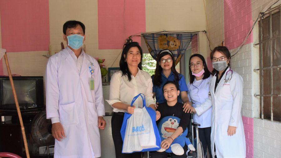 Khám bệnh, tư vấn, phát thuốc miễn phí và tặng quà cho hộ nghèo