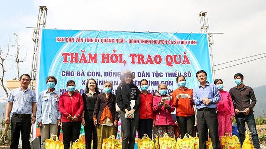 Ca sĩ Thủy Tiên trao tặng quà Tết cho đồng bào dân tộc thiểu số