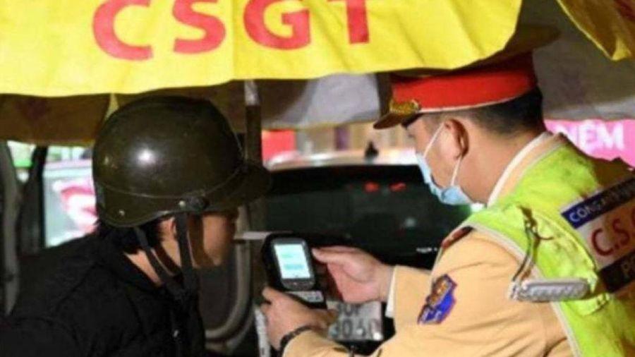 Hà Nội: Lái xe máy say ngất ngưởng bị cảnh sát 141 'sờ gáy'