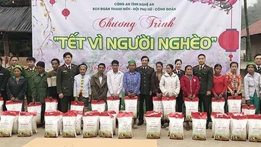 Công an Nghệ An trao tặng 7 tấn gạo tại huyện Tương Dương