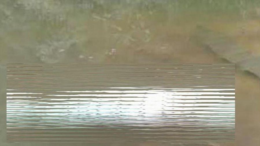 Thi thể phụ nữ bị nhét vào bao tải nổi ở mặt hồ