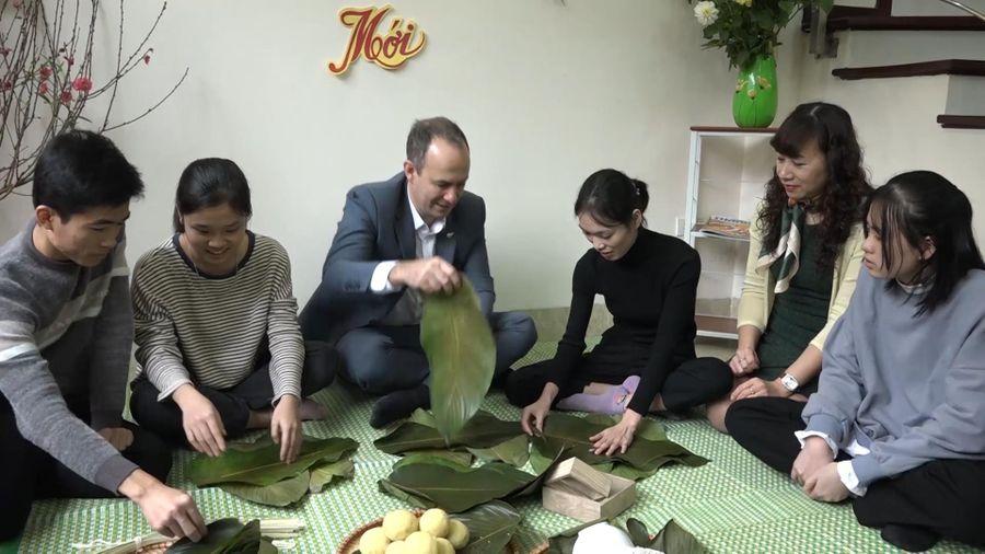 Quyền Đại sứ New Zealand lần đầu gói bánh chưng