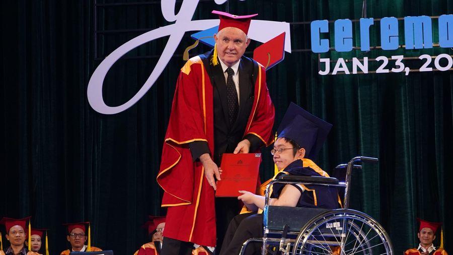 Chàng trai tốt nghiệp trên chiếc xe lăn