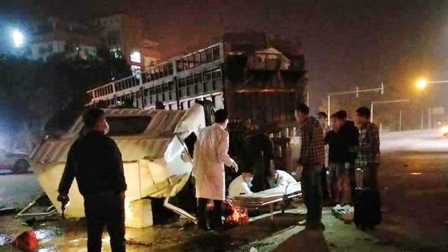 Quảng Ninh: Va chạm giữa xe tải và xe đầu kéo, 4 người bị thương