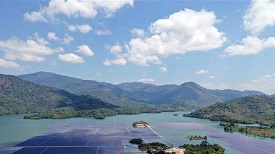 Tận dụng mặt hồ làm điện mặt trời