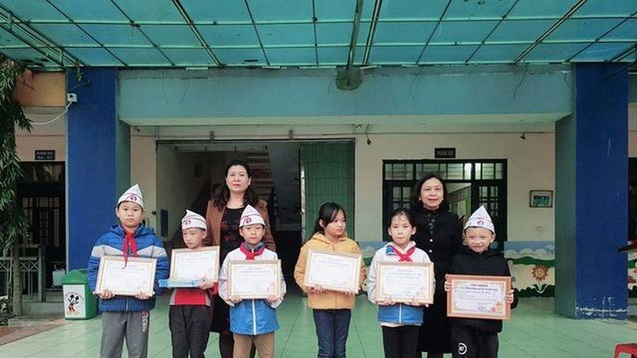 Khen thưởng 5 em học sinh tiểu học nhặt được phong bì tiền, trả lại người đánh mất