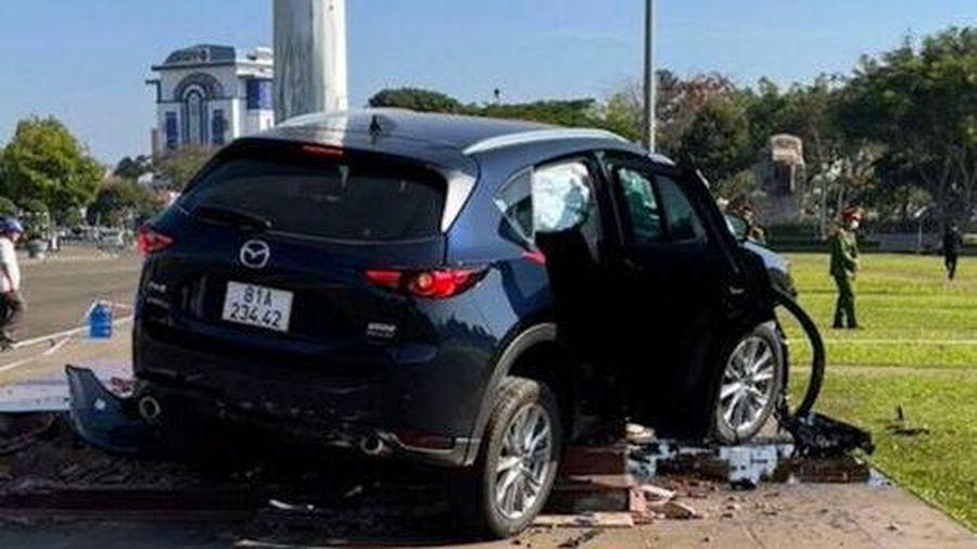 Gia Lai: Sau va chạm giao thông, ô tô lao kinh hoàng vào cột cờ quảng trường