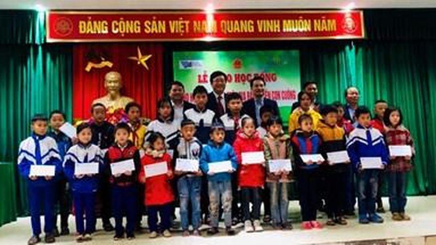 Trao học bổng cho học sinh nghèo ở Nghệ An