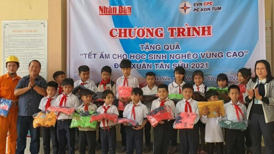 Hơn 200 áo ấm cho học sinh dân tộc thiểu số nghèo vùng cao đón Tết