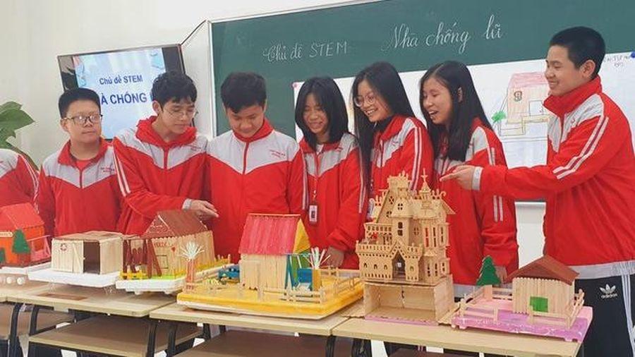 Học sinh lớp 8 sáng tạo nhiều mô hình nhà chống lũ cho người dân miền Trung